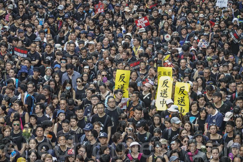 2019年6月16日,200萬香港市民以各種自製標語要求撤回送中惡法。(余鋼/大紀元)