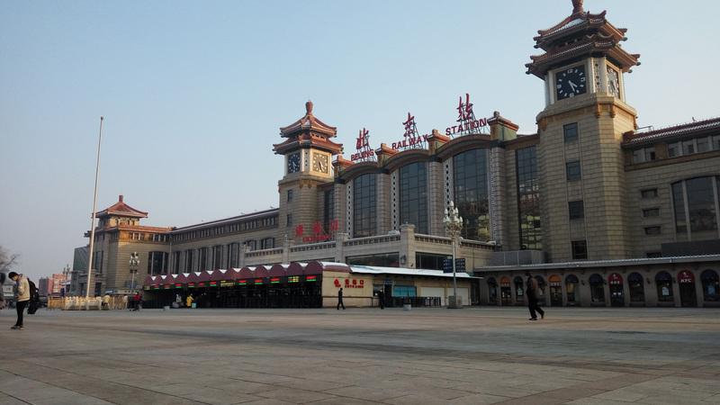 北京2月起採取嚴格社區管制,仍爆發多起群聚感染。圖為2月7日的北京火車站,人煙稀少。(中央社)