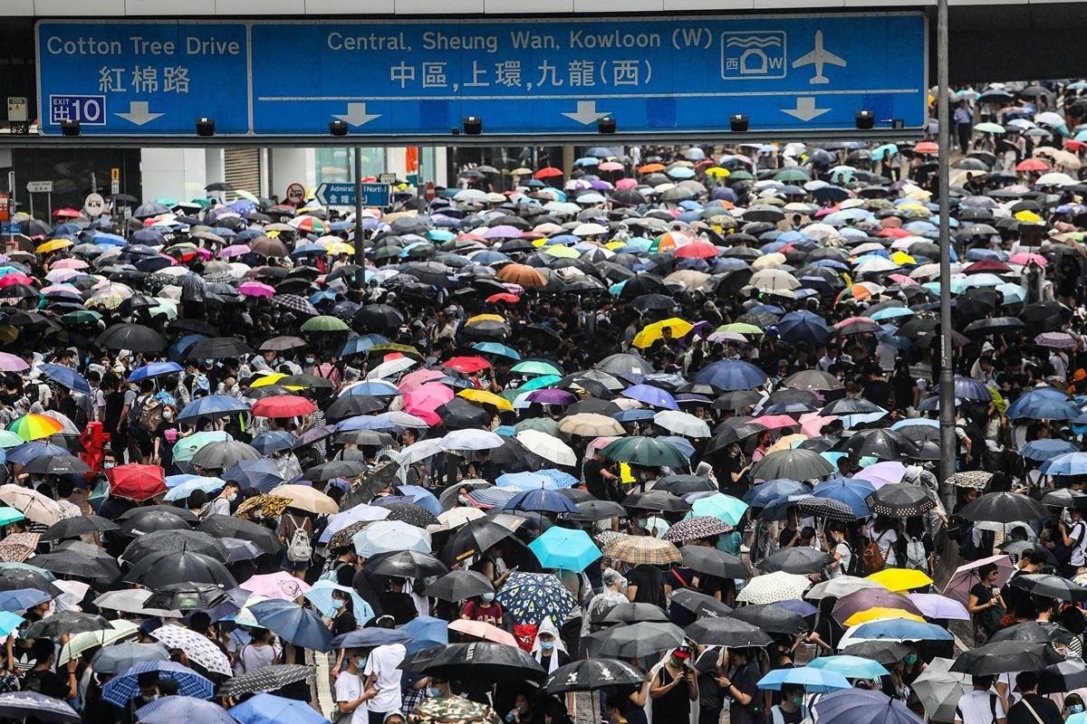 美國特朗普政府與北京的貿易談判重點,與香港居民的訴求有著驚人的相似處:要求二十多年來不履行承諾的中共,進行真正的改變。(DALE DE LA REY/AFP/Getty Images)