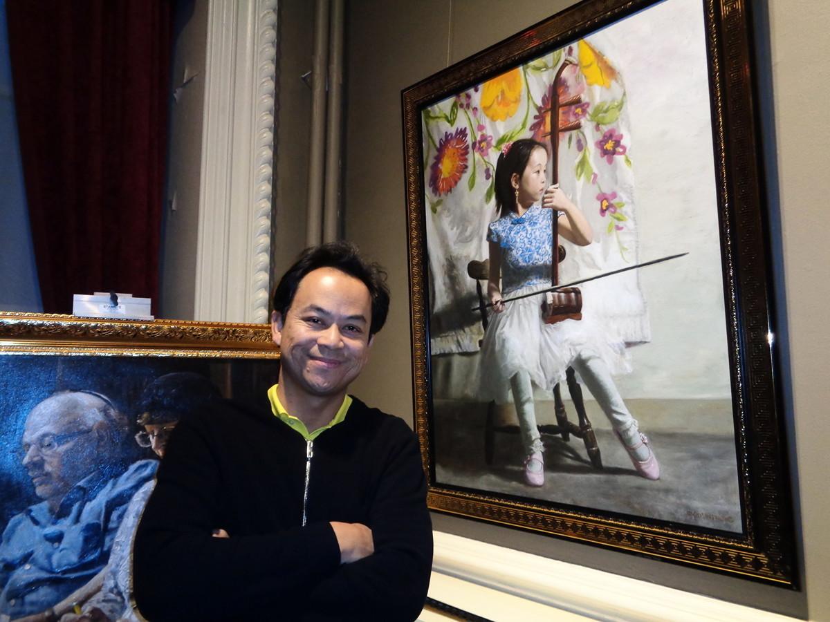新唐人第五屆「全世界人物寫實油畫大賽」優秀獎得主Jun Bounthong和他的作品《決心》(Determined Heart)。(洪雅文/大紀元)