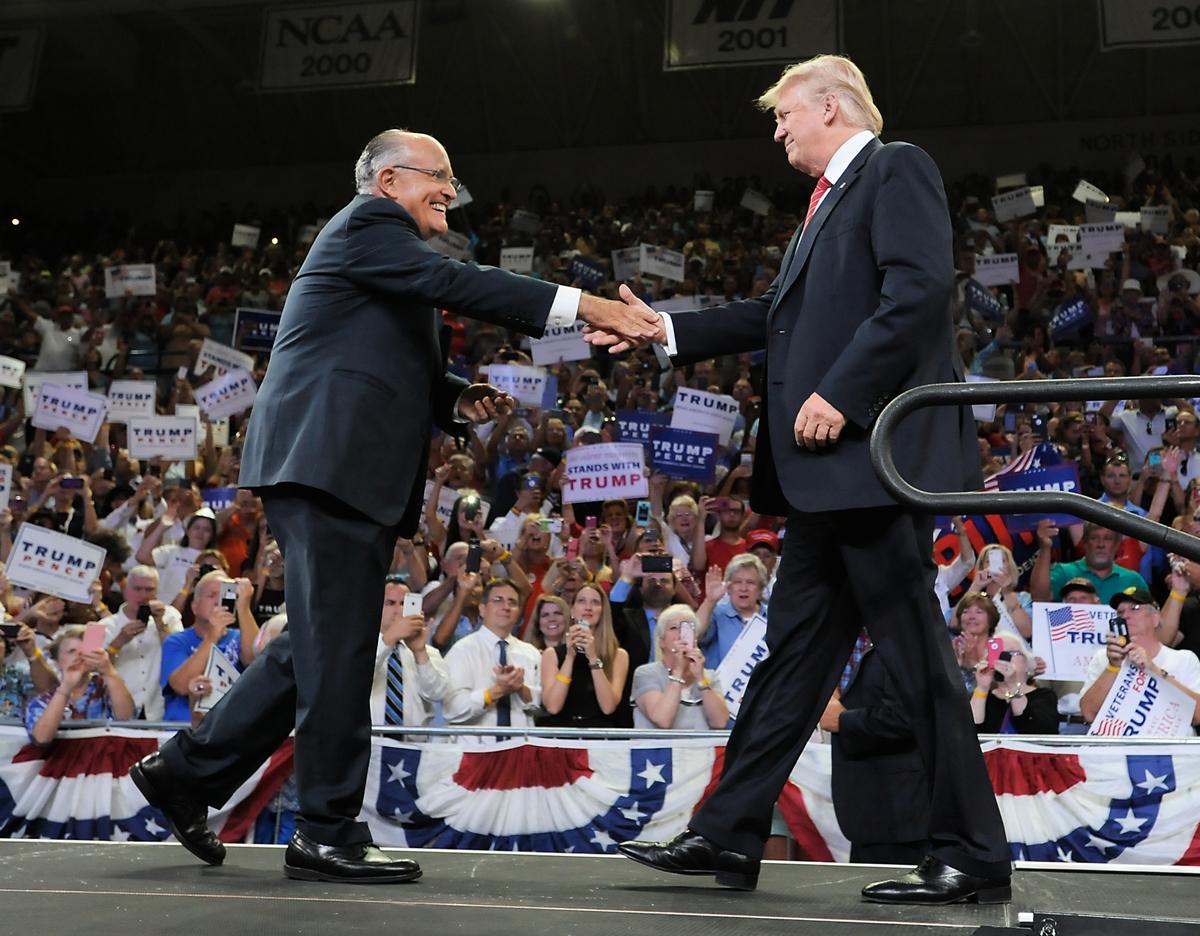 圖為美國總統特朗普和前紐約市長朱利亞尼。(Sara D. Davis/Getty Images)
