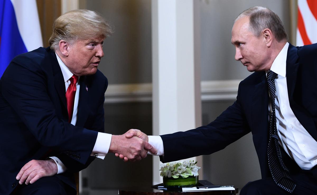 根據白宮官方的信息,自特朗普成為總統以來,和普京已經通過電話談了六次以上。去年,普京說兩人「定期」談話。(BRENDAN SMIALOWSKI/AFP/Getty Images)