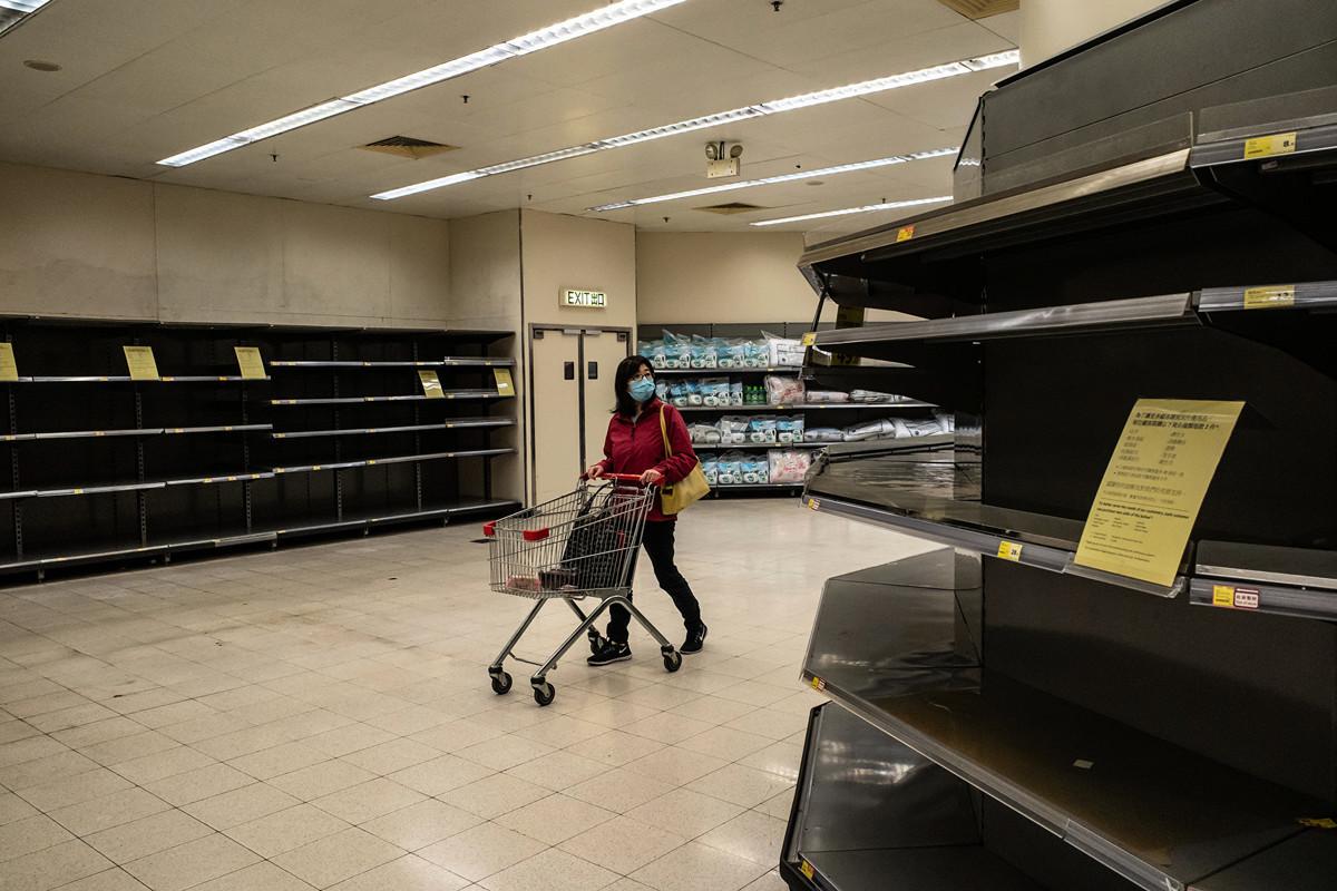 由於中共病毒爆發、停工時間延長,中國經濟已陷入停頓,工廠復工面臨招工難、消費者也停止旅行、購物或外出就餐等活動。(Anthony Kwan/Getty Images)