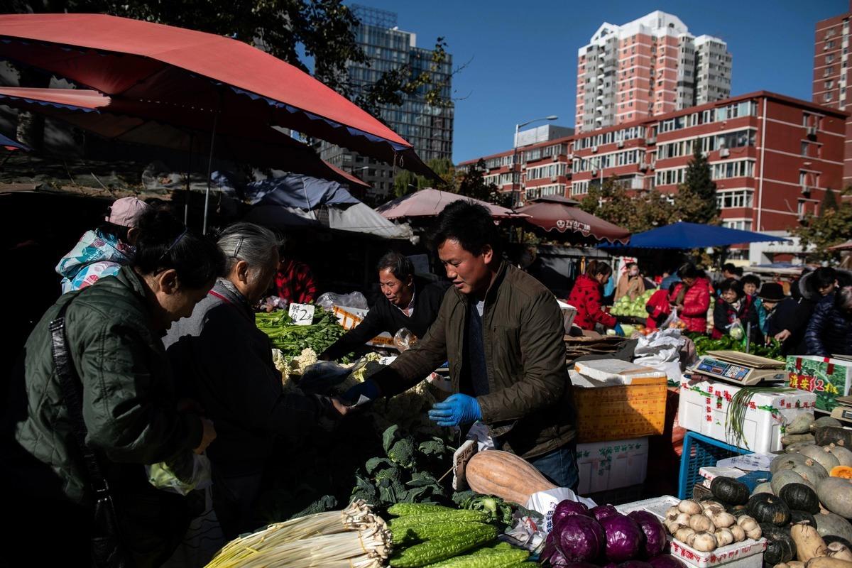 中國經濟放緩,分析師認為對於如何提升商業和消費者對經濟前景的信心,北京恐已無計可施,唯一的途徑是推動大膽改革。 德勤(Deloitte)會計事務所12月19日公佈對在華公司財務主管(CFO)的最新調查結果,82%的受訪者表示對中國經濟前景不樂觀。圖為北京街上的小販。(NICOLAS ASFOURI/AFP/Getty Images)
