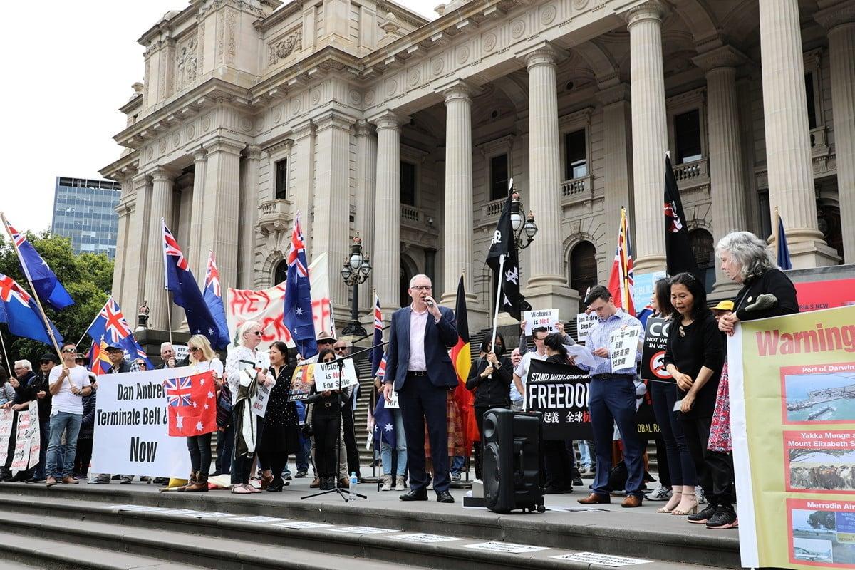 2019年12月15日,維州立法會議員林布里克(David Limbrick)在抗議「一帶一路」的集會上發言。(Grace Yu/大紀元)