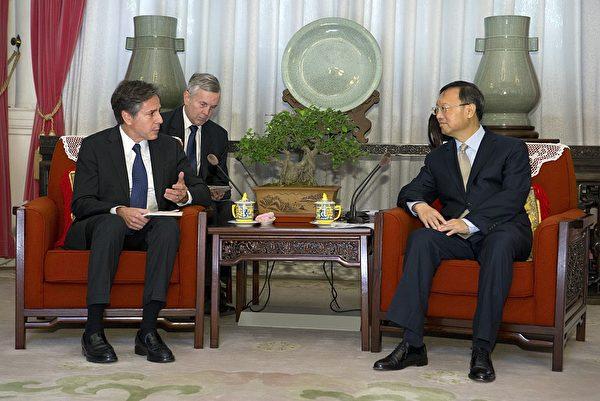 2015年10月8日,布林肯作為美國副國務卿訪問北京,與時任中共國務委員楊潔篪見面。(Mark Schiefelbein/AFP via Getty Images)