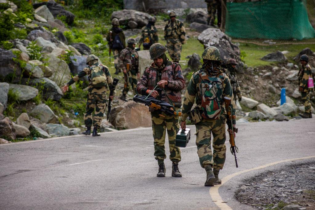 中印士兵在邊境發生暴力衝突、造成多人死傷之後,印度政府稱中方向印度交還了10名被俘虜的軍人。(Yawar Nazir/Getty Images)