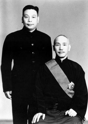 蔣中正(右)與長子蔣經國(左),1954年。(公有領域)