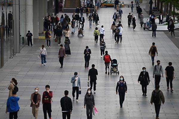 中國第一季度財政稅收大幅萎縮,反映中國內需經濟極度疲弱。圖為2020年4月17日北京一處購物中心門店外長廊。(AFP)
