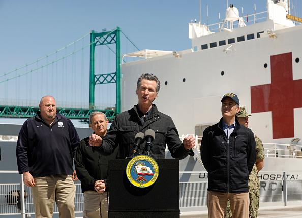 加州州長紐森再次拒絕公開比亞迪10億口罩合同的細節。圖為州長紐森(Gavin Newsom)3月27日在洛杉磯港的美國海軍「仁慈號」醫療艦(USNS Mercy)前發表講話。(Carolyn Cole-Pool/Getty Images)