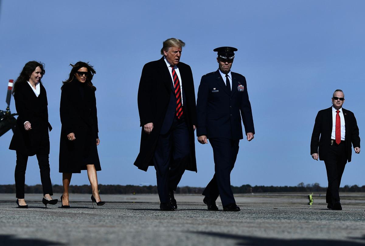 2019年11月9日下午,在空軍一號離開安德魯空軍基地前,特朗普對記者表示,中美談判一直在推進。(Brendan Smialowski/AFP)