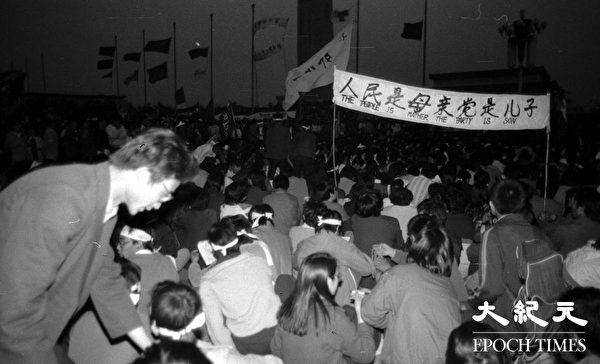 圖為1989年「六四」學生運動期間,學生夜間堅持在天安門廣場靜坐請願。(Jian Liu 提供)