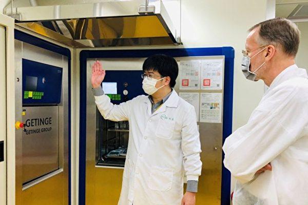 美國在台協會4月15日在臉書分享處長酈英傑(右)拜訪新竹高端疫苗生物製劑公司與國家衛生研究院的照片,並表示美方很驕傲可與台灣防疫合作。(AIT臉書)