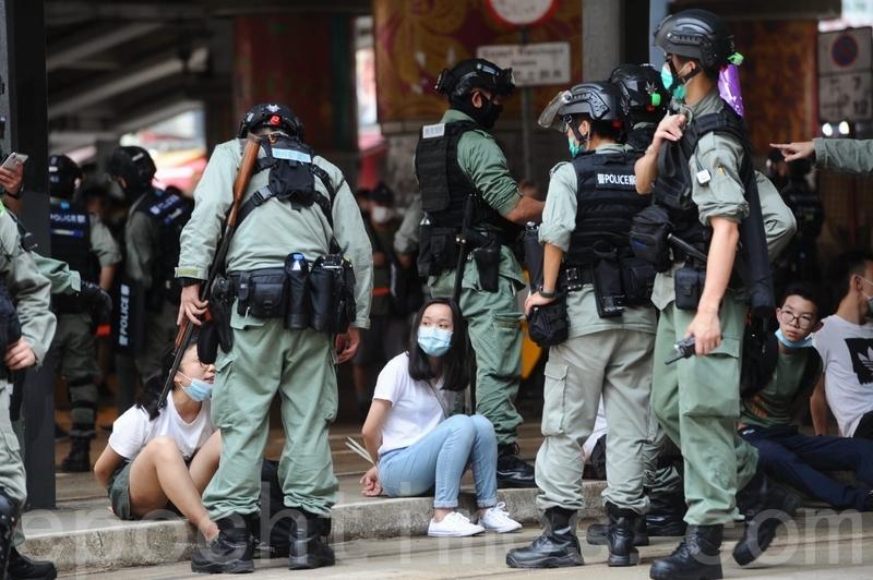 2020年7月1日,大批香港市民走上街頭抗議中共實施《港區國安法》,圖為警方在鵝頸橋拘捕市民。(宋碧龍/大紀元)