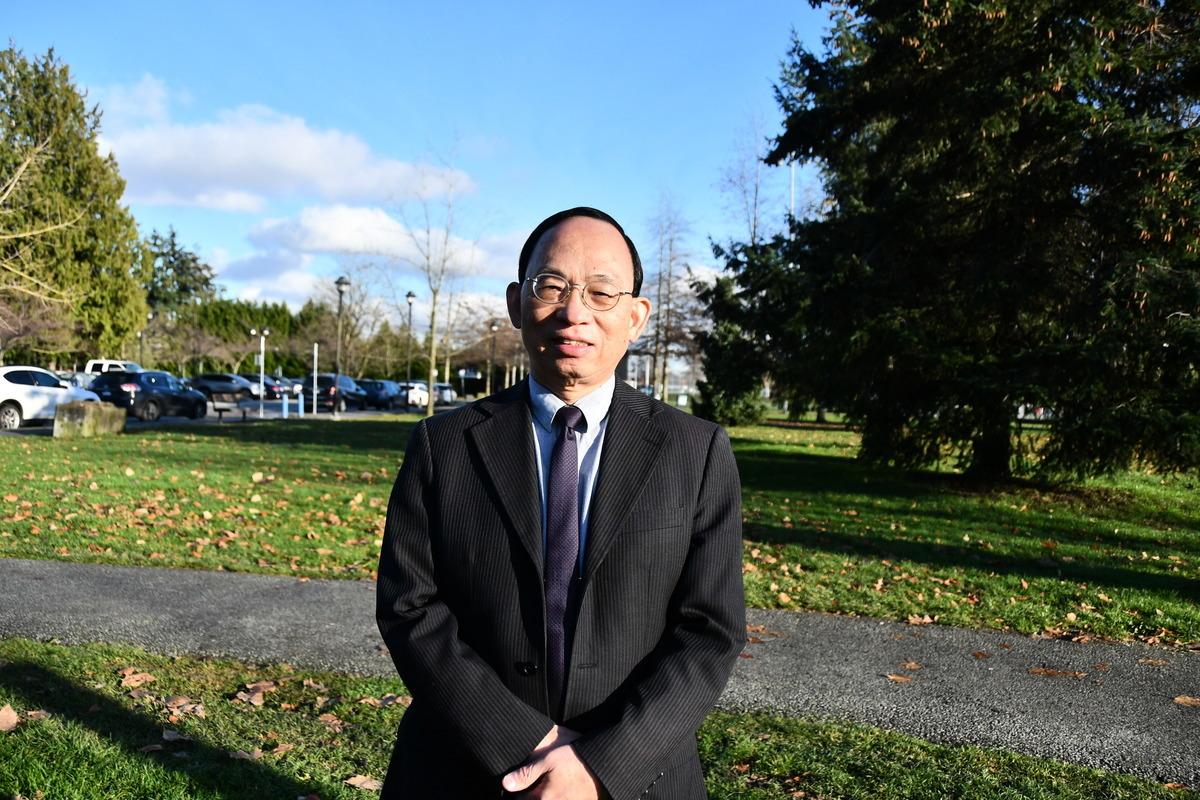 資深媒體人何良懋接受大紀元專訪說,民主派參選無罪,中共在摧毀香港民主。(靈犀/大紀元)
