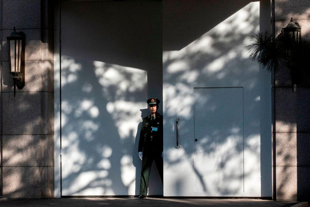 中共四中全會是閉門會議,圖為一名武警在京西賓館大門外站崗。(NICOLAS ASFOURI/AFP via Getty Images)