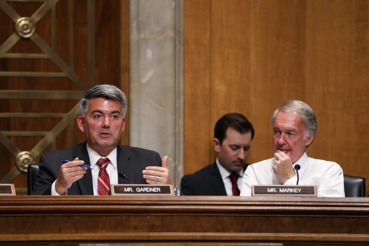 2018年7月24日在華盛頓,科羅拉多州聯邦參議員科里‧加德納(Cory Gardner,左)和馬薩諸塞州聯邦參議員埃德‧馬基(Ed Markey)在聽證會上,重點關注中國將經濟脅迫作為治國之道。(Samira Bouaou/大紀元)