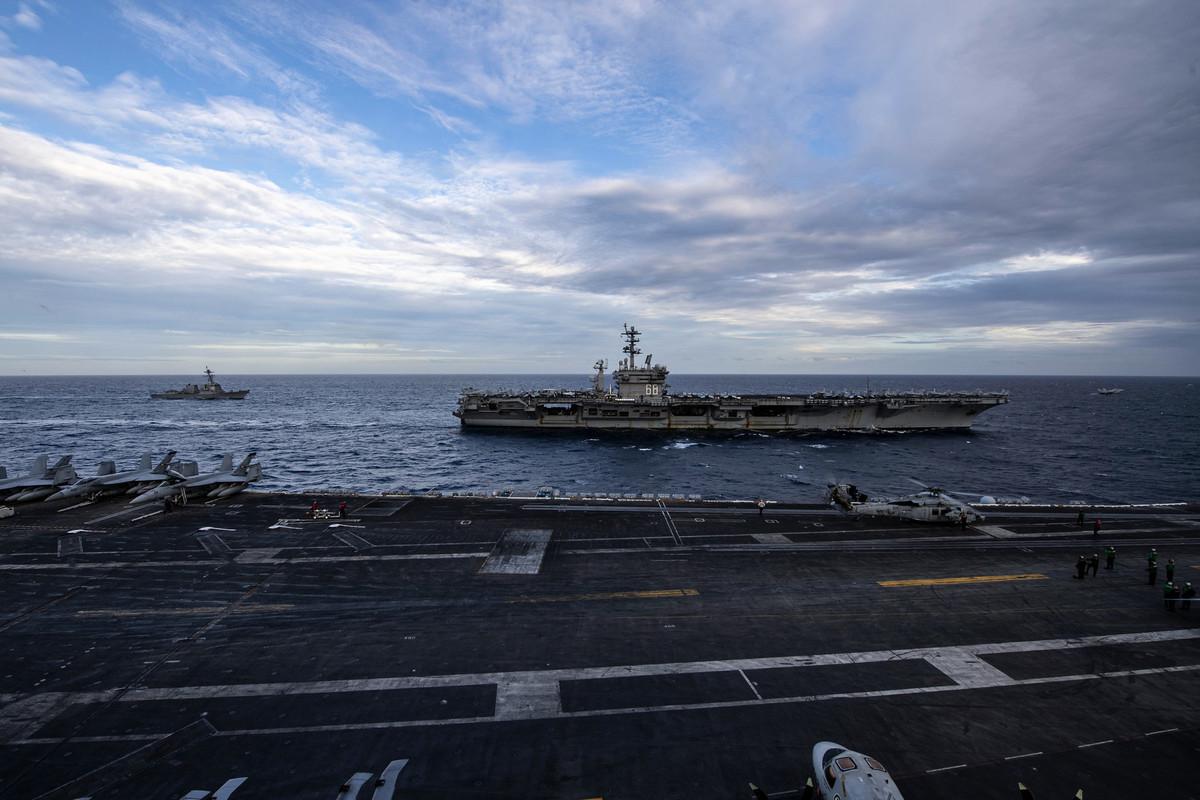2021年2月9日,美軍雙航母在南海演練,圖為從羅斯福號航母(CVN 71)上拍攝旁邊的尼米茲號航母(CVN 68)。(美國海軍)