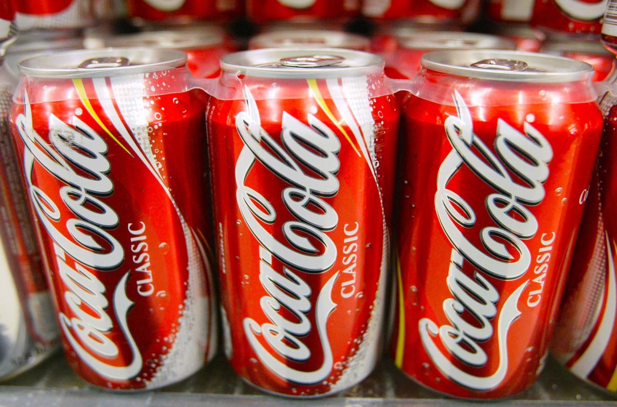 可口可樂公司周五(8月28日)宣佈人員重組計劃,將逐步在全球範圍內實行自願離職政策。圖為市面上販售的罐裝可口可樂。(Justin Sullivan/Getty Images)