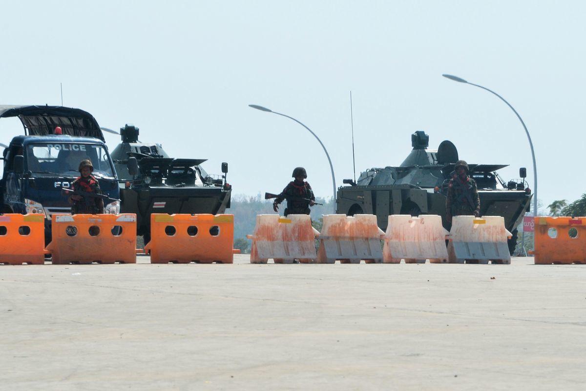 2021年2月1日,緬甸軍方在政變中拘留了昂山素姬和民選總統後,士兵們封鎖了通往首都內比都緬甸議會的道路。(Stringer/AFP via Getty Images)