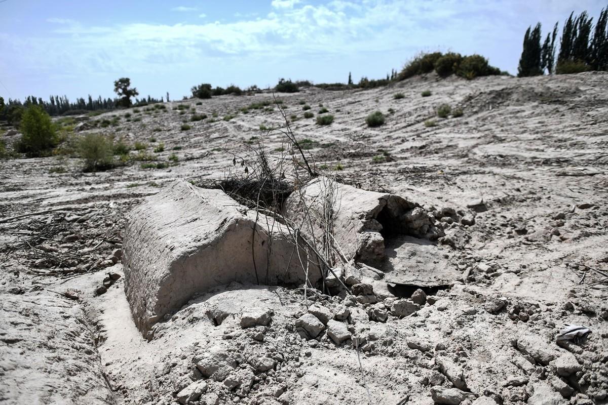 據法新社報道,中共在過去5年來摧毀了幾十個新疆維族人的墳地。圖為2019年9月12日,新疆沙雅縣一處遭到破壞的墓地。(HECTOR RETAMAL/AFP via Getty Images)