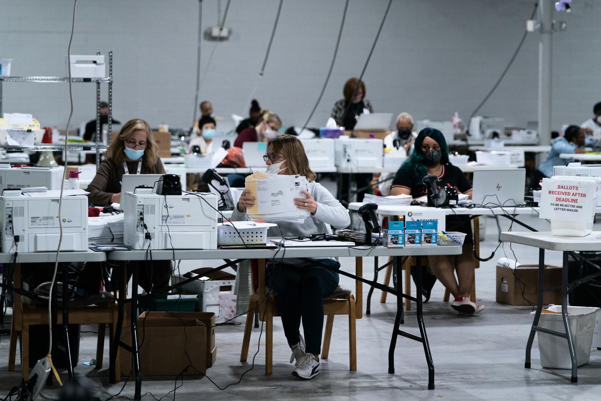 退役美國將軍麥金奈尼(Thomas McInerney)表示,可用來更改選票的「錘子計分卡」系統確實存在,奧巴馬跟拜登都使用過。(Elijah Nouvelage/Getty Images)