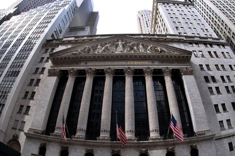 圖為美國紐約交易所大樓外部照。(JEWEL SAMAD/AFP/Getty Images)