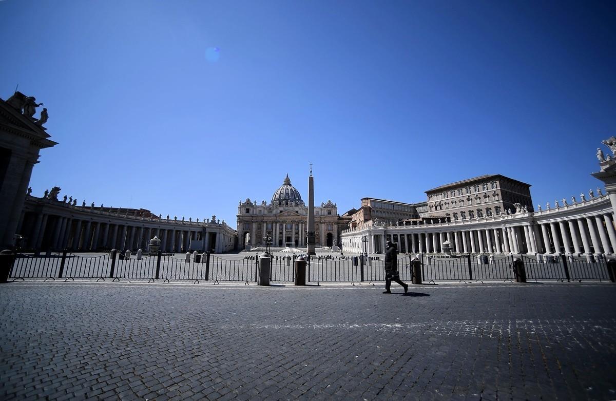 由於疫情持續惡化,意大利延長封城至5月3日。圖為2020年4月15日,意大利羅馬,通往梵蒂岡聖伯多祿廣場的路上人煙稀少。(FILIPPO MONTEFORTE/AFP via Getty Images)