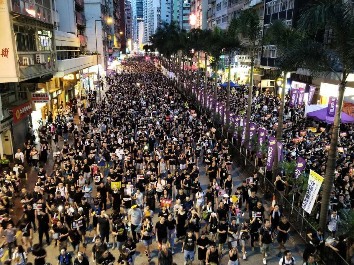2019年7月1日,香港七一大遊行,民眾打開手機燈光鼓舞士氣。(宋碧龍/大紀元)