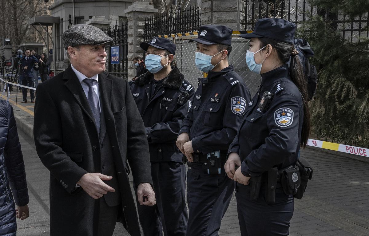2021年3月22日,加拿大駐北京大使館臨時代辦倪傑民(Jim Nickel)(左)被中國警察阻止進入對加拿大人邁克爾‧康明凱的審判。(Kevin Frayer/Getty Images)