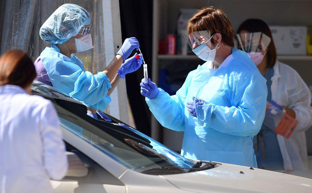 疫情期間,美國醫護人員在檢測車道上為民眾進行中共肺炎檢測。(JOSH EDELSON/Getty Images)