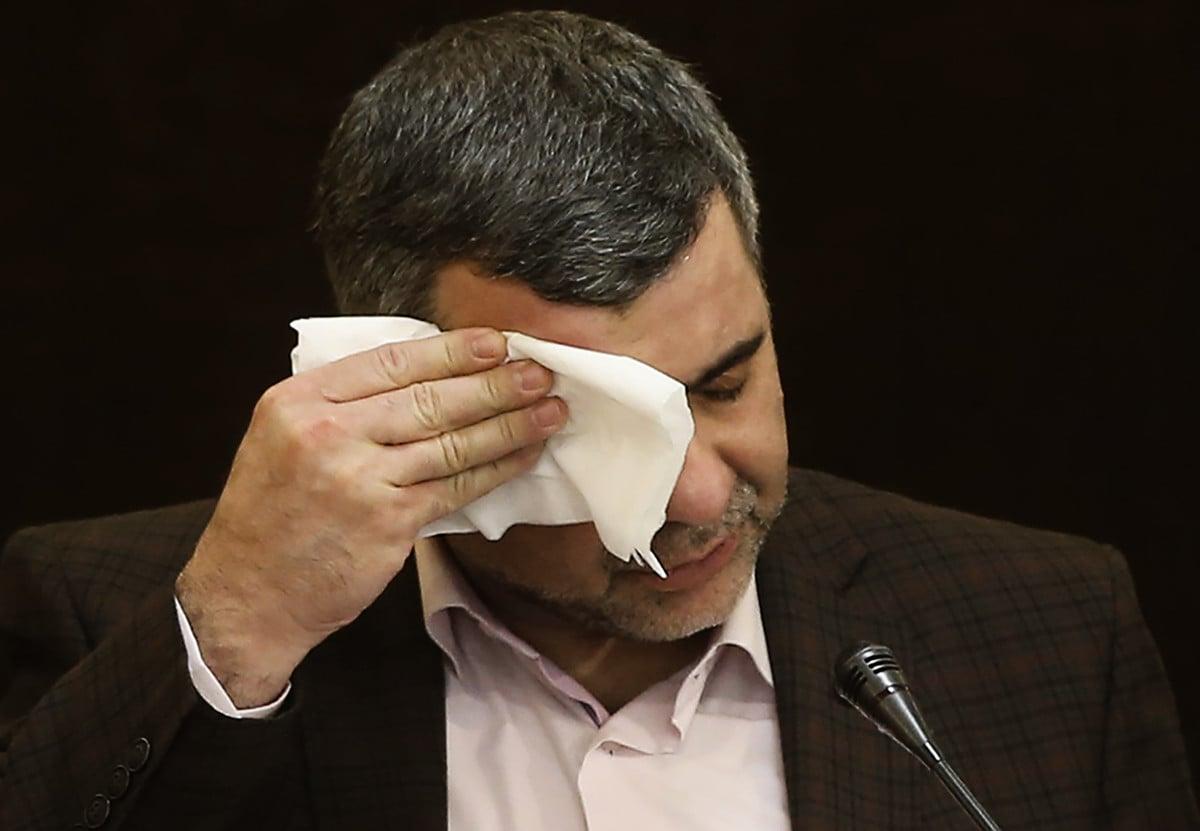 2020年2月24日,伊朗衛生部副部長伊拉傑・哈里奇(Iraj Harirchi)在記者招待會上擦汗,第二天他被確診感染中共肺炎。(MEHDI BOLOURIAN/FARS NEWS/AFP)