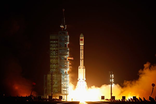 2011年9月29日在酒泉,長征2F火箭發射中共空間實驗室雛形天宮一號。(Lintao Zhang/Getty Images)