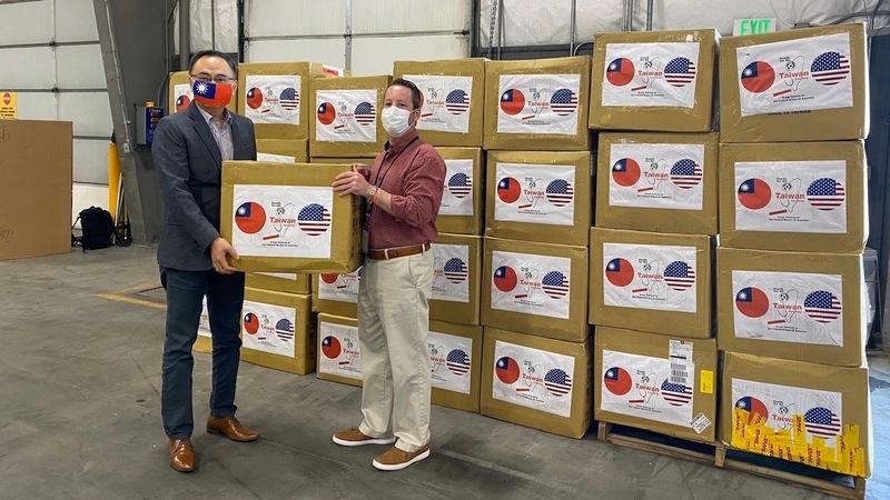 台灣第一波捐贈給科羅拉多州的10萬片口罩已於當地時間10日抵達丹佛。駐丹佛台北經濟文化辦事處處長張詩瑞(左)代表政府將這批口罩捐贈給科羅拉多州政府,由該州公衛部門協助分配給第一線醫療人員。(丹佛辦事處提供/中央社)