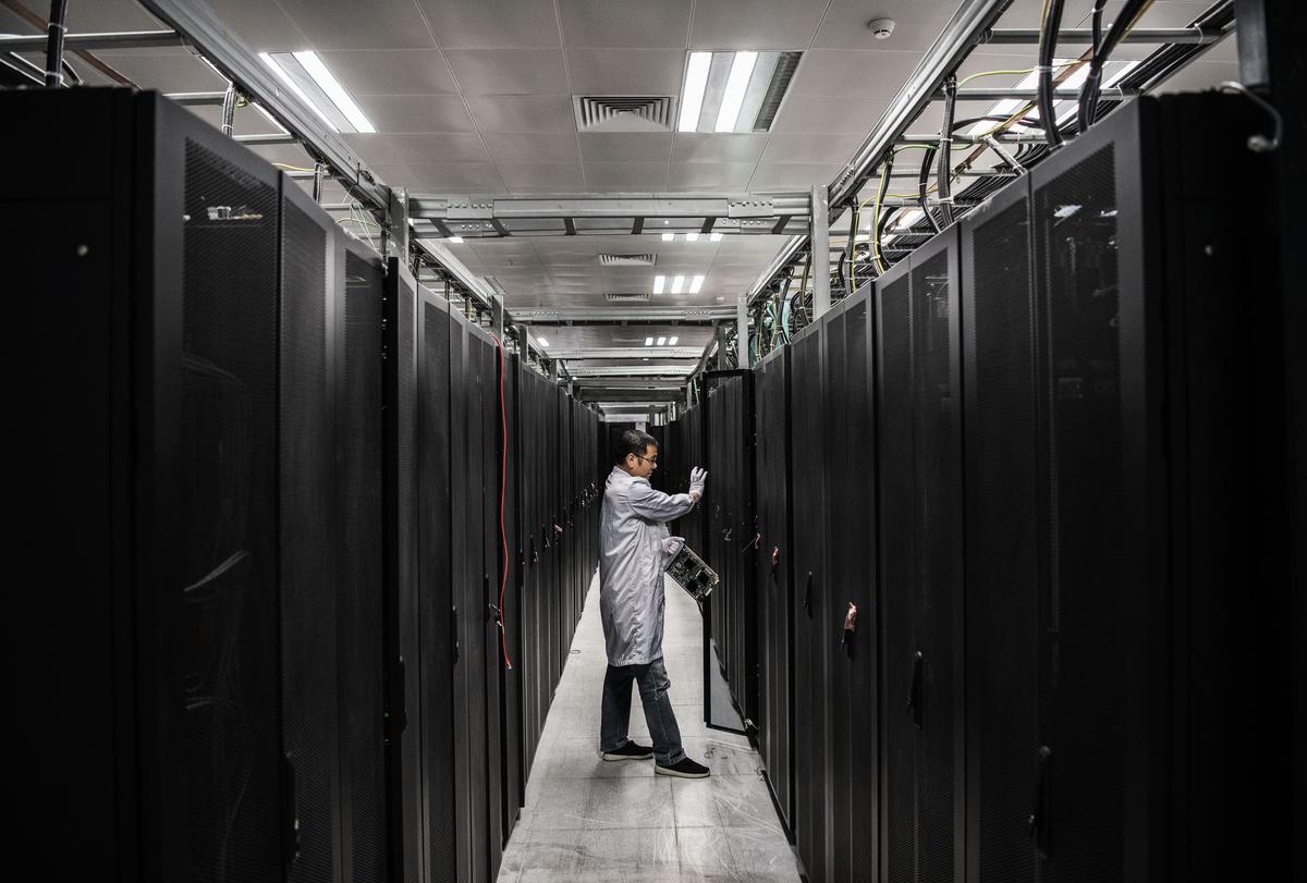 中共官媒近期不斷發文鼓動「自力更生」製造晶片,從中央到地方政府為晶片產業投錢,被指製造泡沫。圖為華為實驗室。(Kevin Frayer/Getty Images)