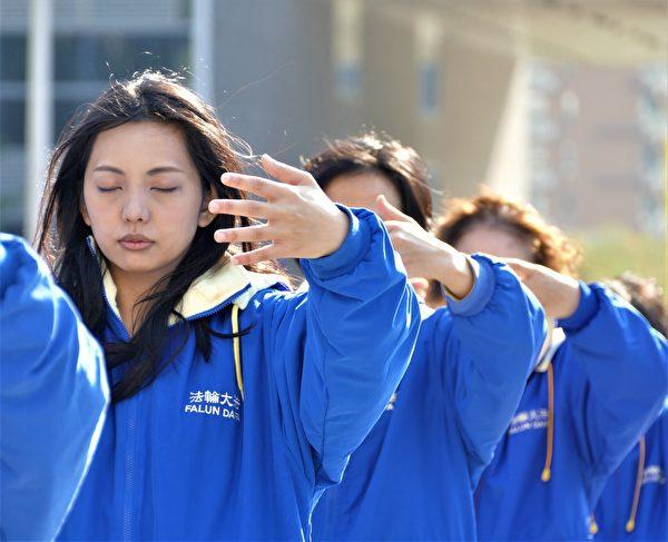 2021年元旦,近300法輪功學員集結台中市政府廣場,以演示五套功法的形式,向世人展現法輪大法的美好與神聖,謝師恩。(鄧玫玲/大紀元)