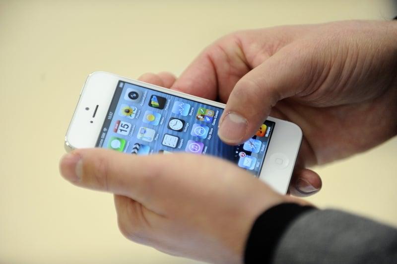 美國媒體披露,中共利用更先進的黑客技術,攻破蘋果手機監控海外僑民。(Getty Images)