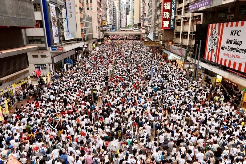 百萬香港市民周日(6月9日)上街遊行,抗議香港政府修訂逃犯條例,他們擔心修例後,身在香港的人會被移交到中國大陸受審並遭遇不公平審訊。(宋碧龍/大紀元)