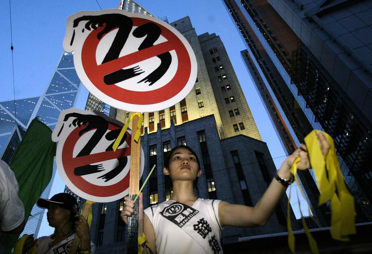 2003年,香港民眾上街反對23條惡法。(PETER PARKS/AFP via Getty Images)