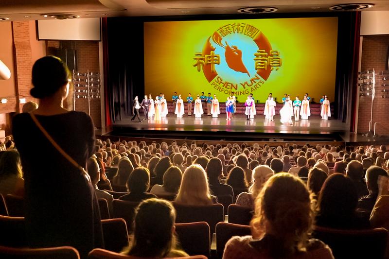 2021年7月31日晚,神韻巡迴藝術團在科羅拉多州蒙福特音樂廳(GREELEY Monfort Concert Hall)的第二場演出完美落幕。圖為謝幕照。(新唐人電視台)