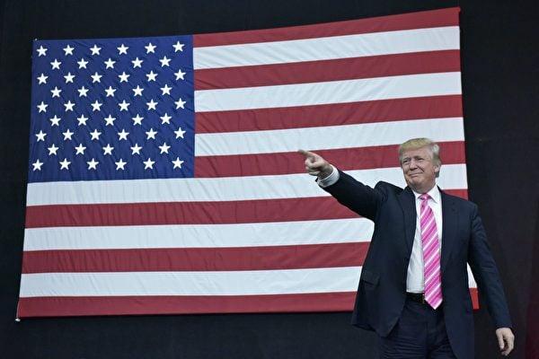 特朗普就任美國總統後,在面對來自主流媒體負面報道等的壓力下,不斷推進復興美國精神、政治與經濟的執政目標,兌現競選諾言。圖為2016年10月1日,特朗普在賓西法尼亞州的一個選民集會上演講。(MANDEL NGAN/AFP/Getty Images)