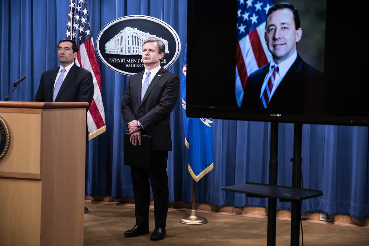 FBI局長雷宣佈,指控8名涉中共「獵狐行動」的嫌疑人,全美聯合行動逮捕了其中5人。(SARAH SILBIGER/POOL/AFP via Getty Images)