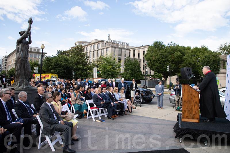 6月14日,在美國國會附近的「共產主義受難者紀念碑」前,26個國家和地區的外交官員及50多個人權組織代表獻上花圈,哀悼全世界遭受共產主義迫害的死難者。(林樂予/大紀元)