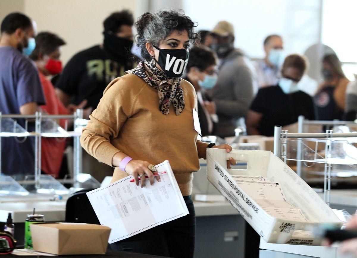 2020年11月5日,美國佐治亞州亞特蘭大,富爾頓縣(Fulton county)選舉工作人員正在進行點票流程。(TAMI CHAPPELL/AFP via Getty Images)