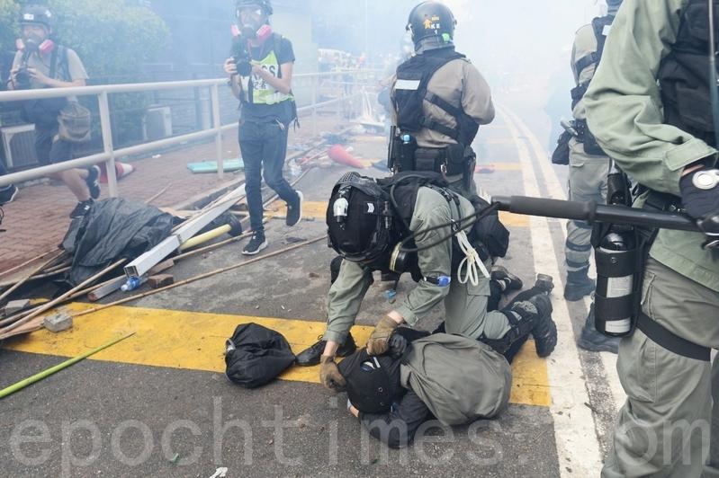 2019年11月12日,港人「三罷」行動。在香港中大,學生被打暴頭流血。(宋碧龍/大紀元)