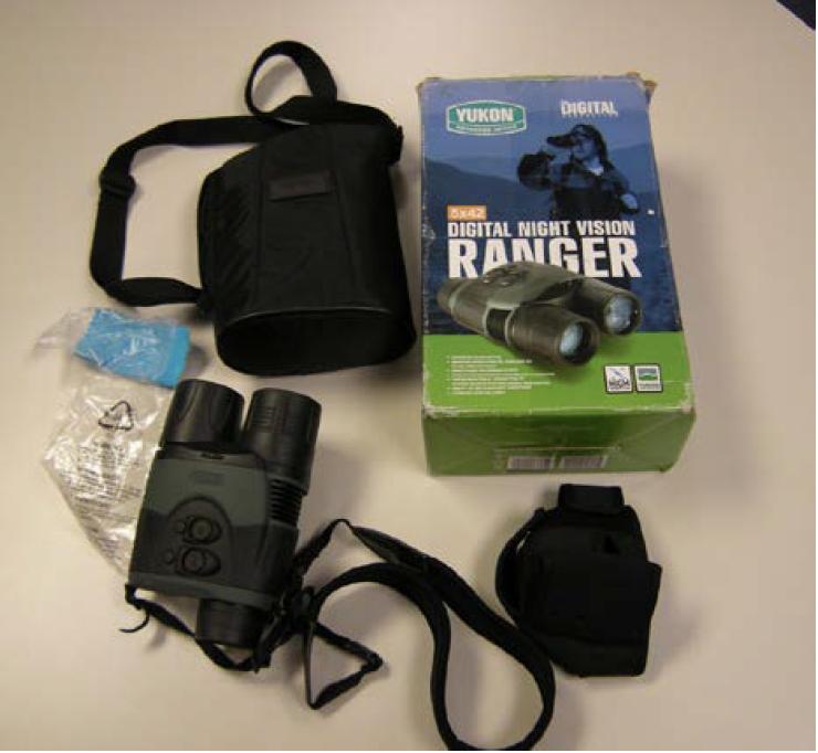 2017年4月12日左右,美國邊境官員在檢查朱峰的行李時,發現夜視鏡——一種用於夜間或弱光條件下的監視工具。(起訴書截圖)