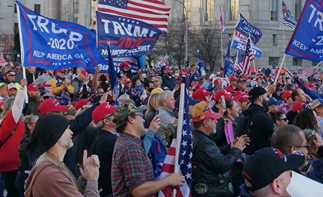12月12日,數十萬來自美國各州的民眾聚集首都華盛頓DC,舉行盛大集會和遊行,要求「停止竊選(Stop The Steal)」,力挺特朗普總統。圖為自由廣場的集會現場。(李辰/大紀元)