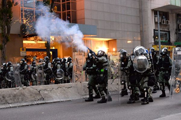 圖為8月11日反送中活動,香港警察在灣仔射擊催淚彈。(宋碧龍/大紀元)