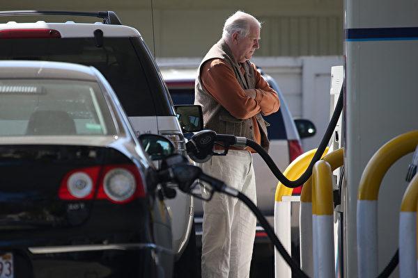 圖為加州一處加油站,一位顧客正在等待加油。(Justin Sullivan/Getty Images)