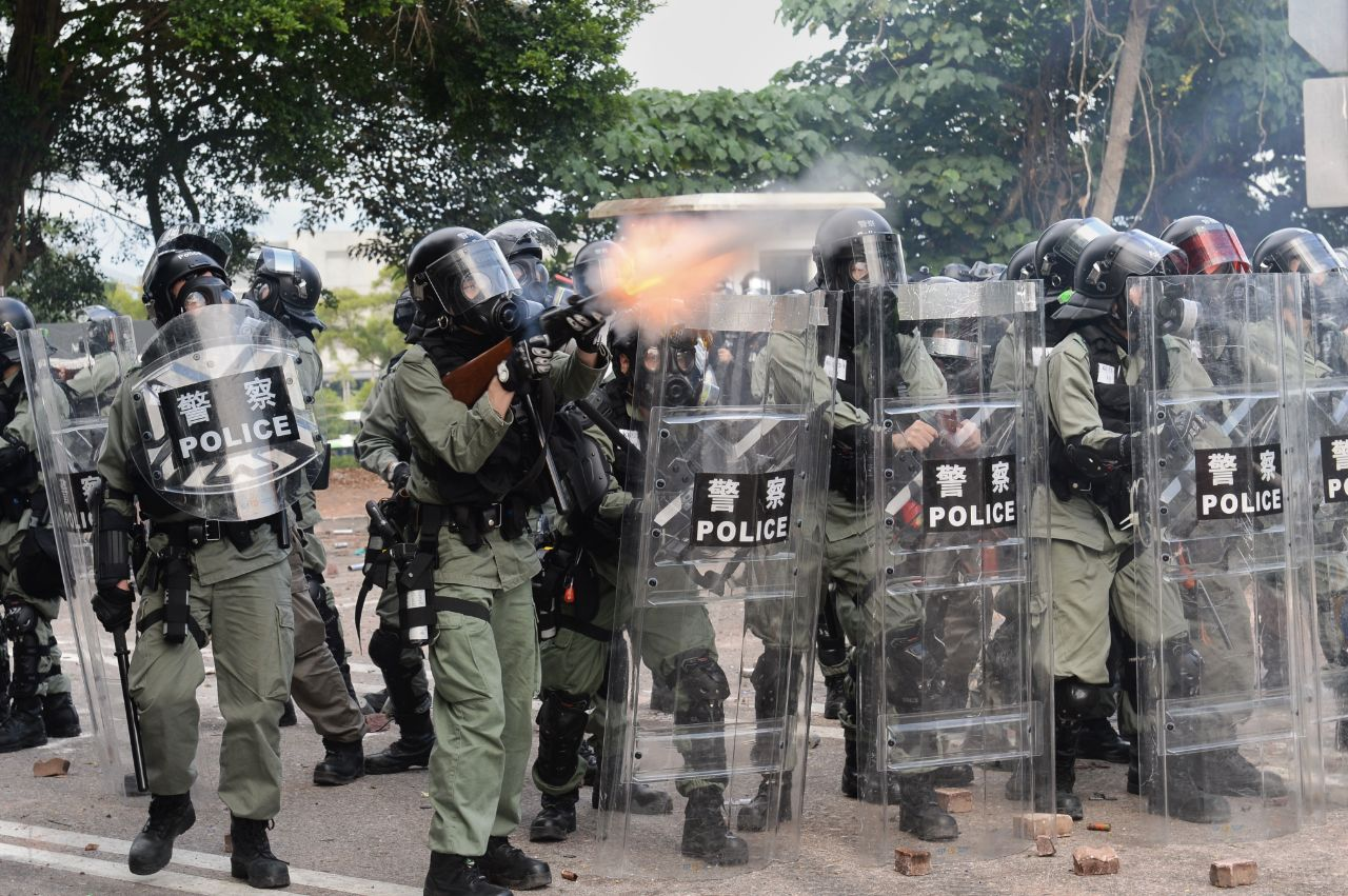 美國著名評論家暨中國問題專家章家敦撰文說,隨著暴力不斷升級,中共正在將香港推向內戰。圖為2019年11月12日,香港警察在中文大學發射催淚彈。(宋碧龍/大紀元)